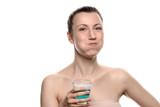 Frau benutzt eine Mundspülung