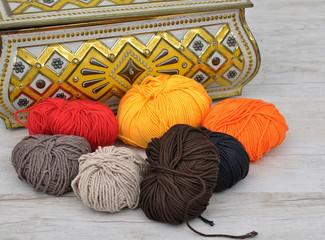 Wolle und Blechdose