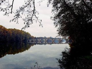 Cenário romântico com ponte medieval