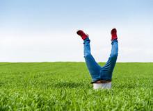 Kopflos – Handstand im Feld