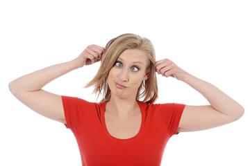 femme blonde faisant une grimace