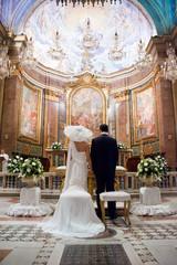 Sposi di schiena davanti all'altare