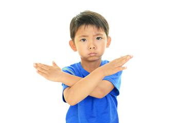 禁止の意思表示をする男の子