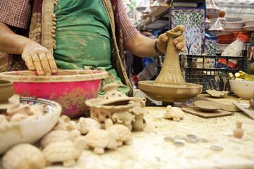 Artigiano lavora l'argilla sul tornio