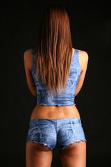 Modella di spalle in jeans