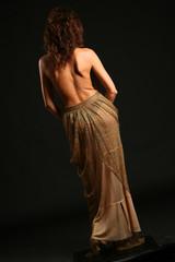 Modella con schiena nuda e gonna lunga