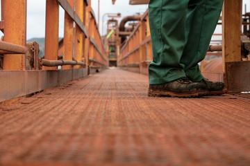 Scarpe operaio impianto industriale
