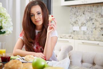 junge frau am frühstückstisch