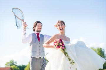 Hochzeit Bräutigam macht mit Braut einen guten Fang