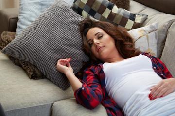 junge frau beim entspannen auf der couch