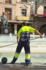 Limpieza de una fuente, servicio municipal
