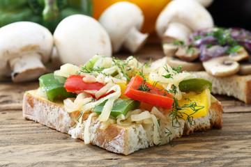 fetta di pane con peperoni e cipolla