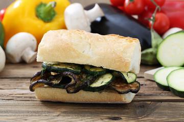 sandwich con zucchine e melanzane grigliate