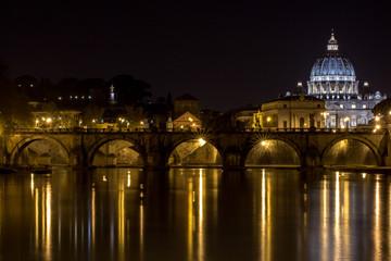 Der Petersdom im Vatikan von der Umberto-Brücke aus gesehen