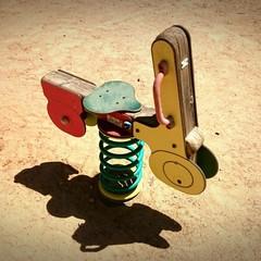 Moto de madera en el parque infantil