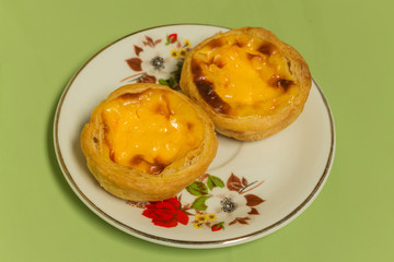 Egg Tart on the white dish with green table