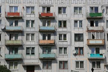 Plattenbau mit Balkonen (3)