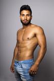 Modelo masculino musculoso con torso desnudo