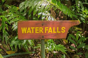 Wegweiser zum Wasserfall