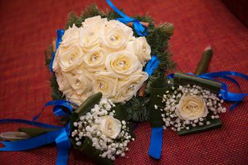 Bouquet di rose bianche su fondo rosso