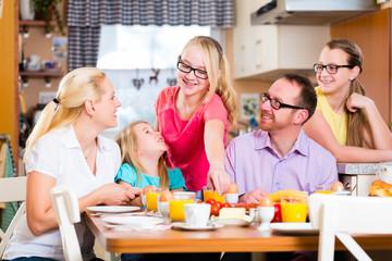 Familie daheim frühstückt in Küche