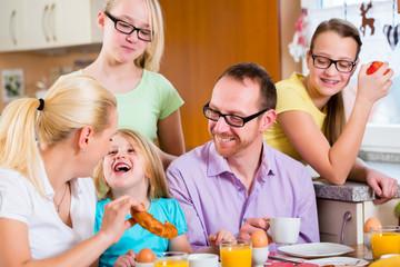 Familie in Küche beim gemeinsamen Frühstück