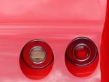 Runde Rücklichter eines roten amerikanischen Sportwagen