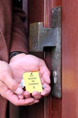 """Demenzkranker mit Schlüssel vor Tür """"Ich wohne im Elmweg"""""""