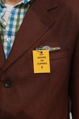 Mann mit Demenz hat Schlüssel mit Schild in Tasche