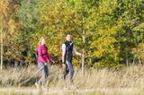 junges Paar beim Walking