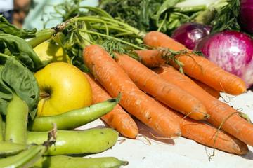 carote arancioni mele gialle piselli verdi e altre verdure
