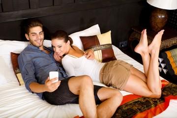 Junges Paar mit Smartphone im asiatischen Hotel