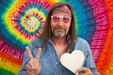 Hippie mittleren Alters machen das Victory-Zeichen