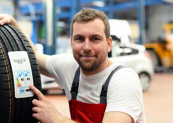 Energieausweis bei Autoreifen, Mechaniker in Autowerkstatt