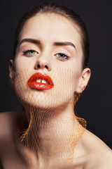Красивая девушка с вуалью красной помадой