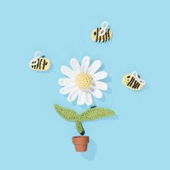 gehäkelte Margerite im Blumentopf mit Bienen