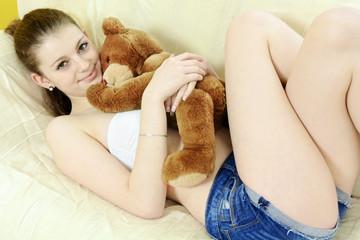 Teenager kuschelt mit Teddy