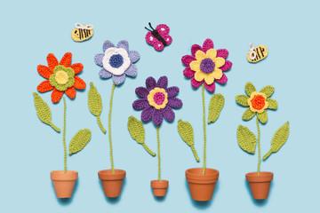 gehäkelte Blumen mit Topf und Insekten