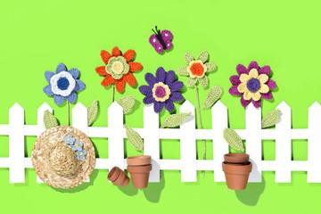 gehäkelte Blumen mit Dekoration