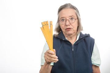 Alte Frau mit Zollstock erklärt Zollstock