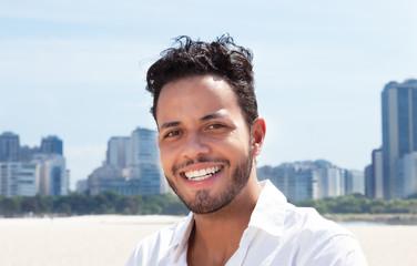 Lachender Brasilianer mit Skyline