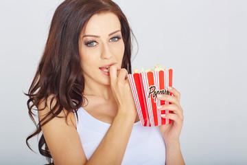 junge frau mit popcorn
