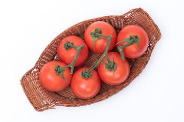 cestino di pomodori su sfondo bianco