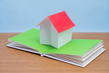 飛び出す絵本の紙の家