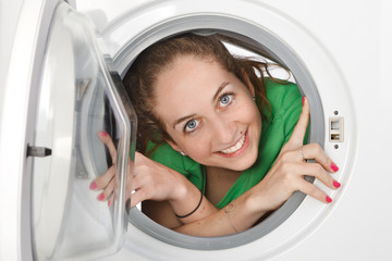 Femme à l'intérieur d'une machine à laver