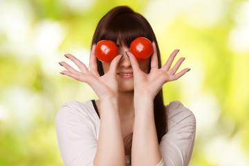 Frau hat Tomaten auf den Augen