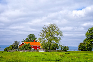 Ett rött hus vid sjön