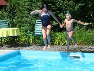 Bambini si tuffano in piscina