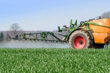 Ackerbau - Pflanzenschutz, Getreide wird gespritzt
