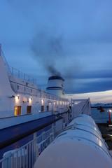 苫小牧港を出港するフェリー